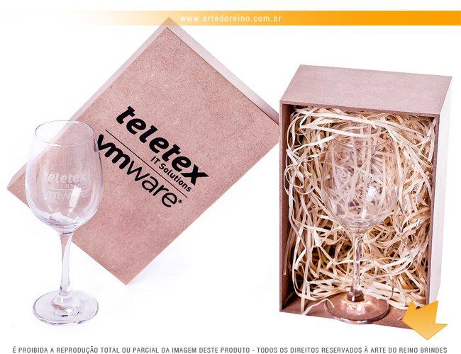 http://www.artedoreino.com.br/content/interfaces/cms/userfiles/produtos/brinde-kit-taca-em-mdf-personalizada-com-taca-para-vinho-personalizada-arte-do-reino-brindes-k7156-814.jpg